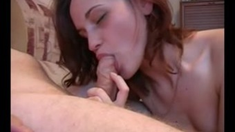 Юноша пробует свою сперму на вкус
