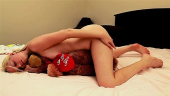 Киска трется о одеяло секс